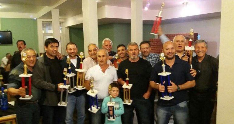 Los pelotaris del torneo Patagónico de veteranos de pelota a paleta posan con sus trofeos.
