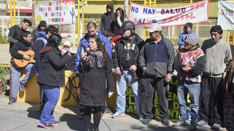 En la plaza de la Escuela 83 se realizó una radio abierta para manifestarse por la Ley de Salud Mental que todavía no está plenamente implementada.