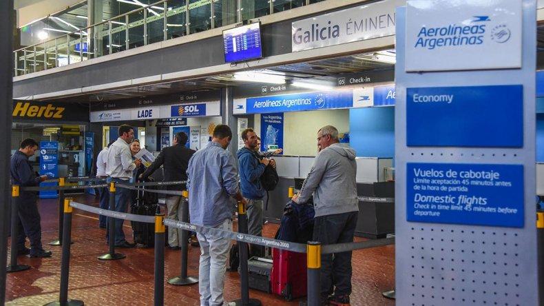 Como en todos los aeropuertos del país se registraron cancelaciones y demoras.
