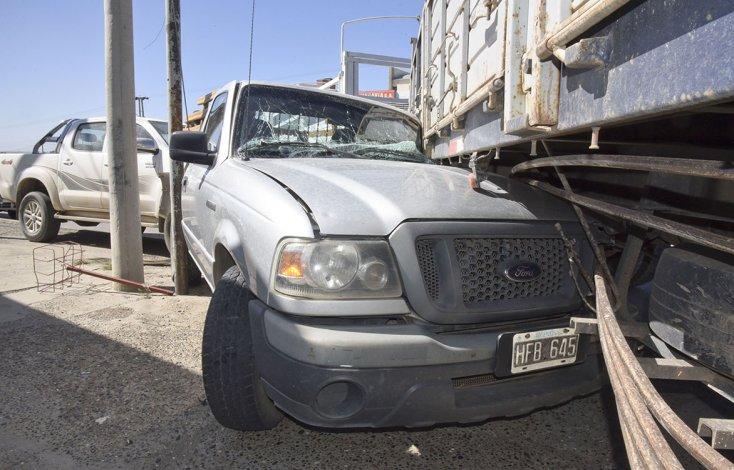 El camión terminó arrollando a dos camionetas en su desplazamiento sin control y a contramano.