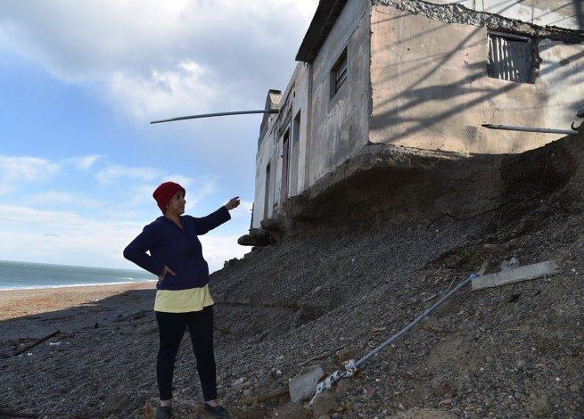 El mar no tiene piedad con la estructura del antiguo e histórico paraje. La última marejada socavó sus cimientos y ahora sus paredes tiemblan cuando pasan por la ruta adyacente.