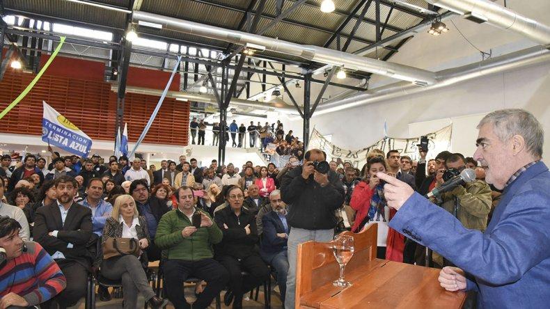 El gobernador al brindar un discurso durante el acto que se desarrolló ayer en el Centro Cultural.