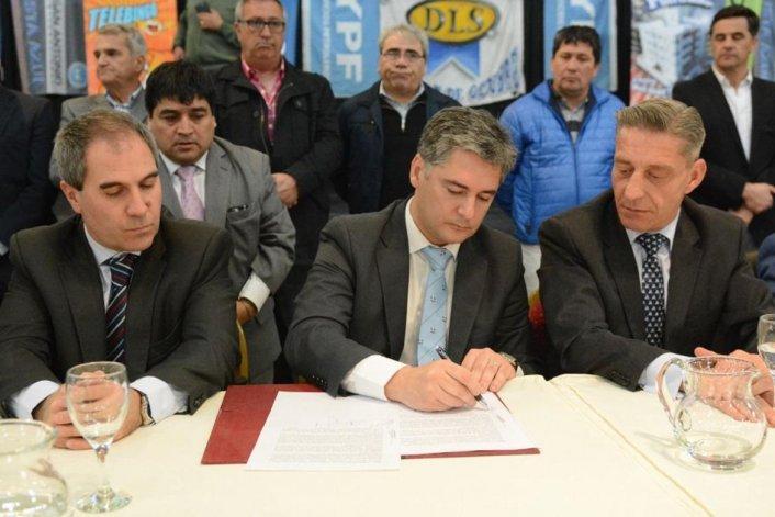 La firma del compromiso de transferencia de fondos del Estado provincial al municipio de Comodoro Rivadavia.
