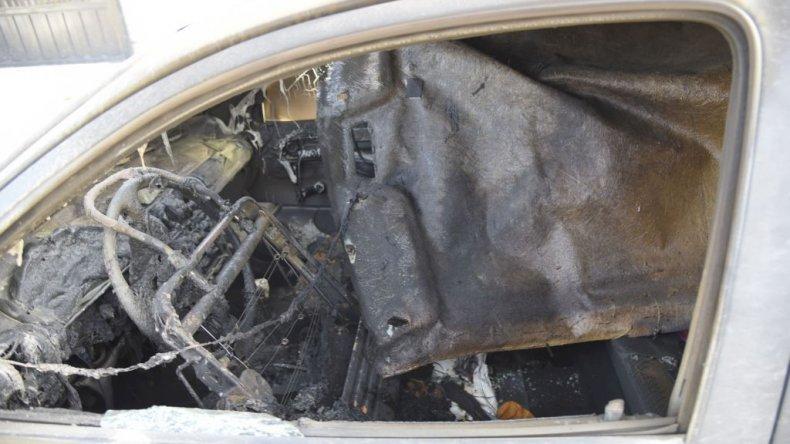 Denuncian a su vecina de quemar  un auto y atacarlas con un hacha