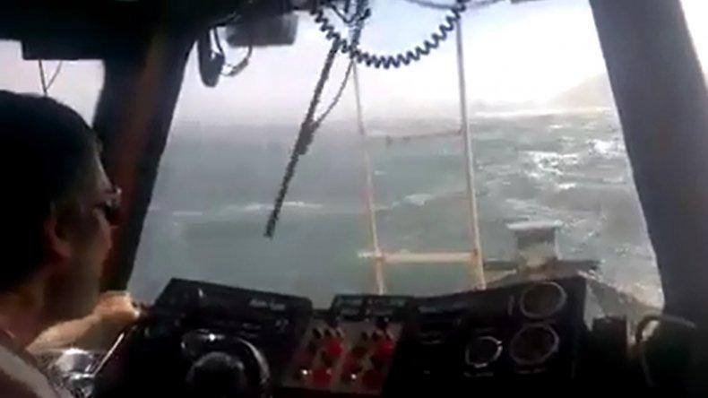 Un barco tuvo que sortear grandes olas para entrar a Comodoro