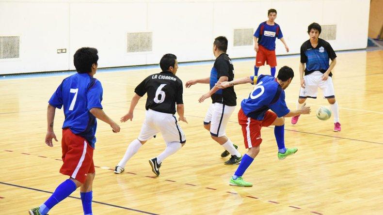 El fútbol de salón tendrá actividad solamente hoy ya que mañana no habrá acción por el Día de la Madre.