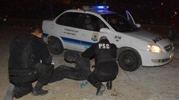 Policías de varias dependencias reducen a uno de los asaltantes del jefe de la Prefectura de Caleta Olivia, quien fue sorprendido en su casa junto a su familia.
