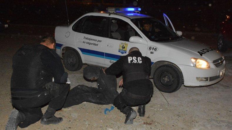 Policías de varias dependencias reducen a uno de los asaltantes del jefe de la Prefectura de Caleta Olivia