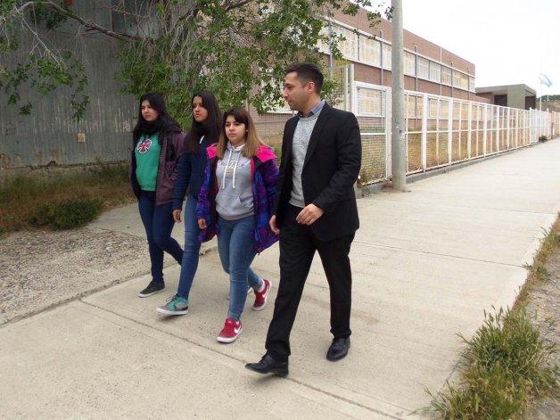 El concejal Nicolás Caridi se reunió ayer con las alumnas del colegio Hipólito Yrigoyen para avanzar en el proyecto de corredor seguro en el barrio Mosconi.