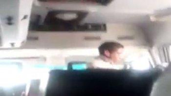 El estudiante ocultó su tablet y logró registrar la agresión verbal contra sus compañeros.
