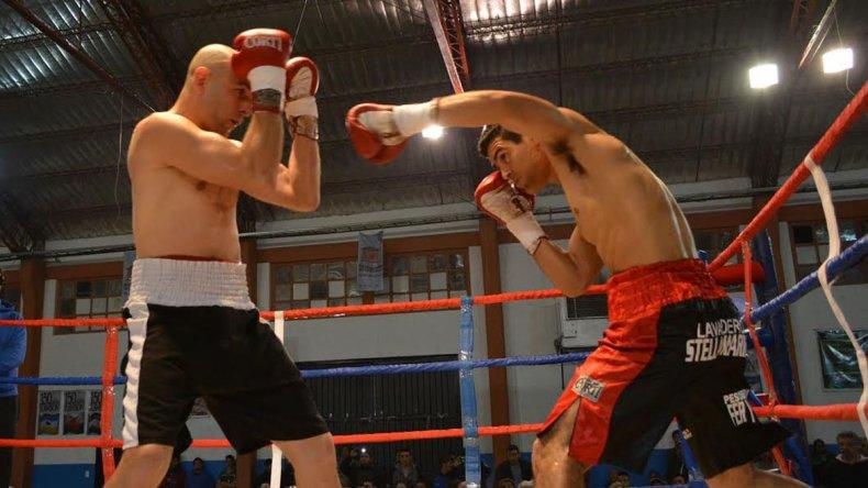 Escena del combate que Walter Castillo le ganó por puntos al pampeano Juan Reylo.