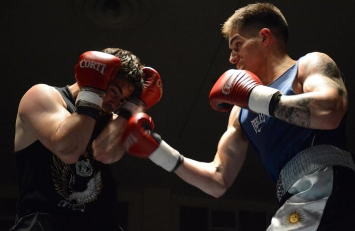 Ezequiel Matthysse conecta una derecha sobre el cuerpo de Miguel García en la pelea de fondo que se realizó en el gimnasio municipal 1.