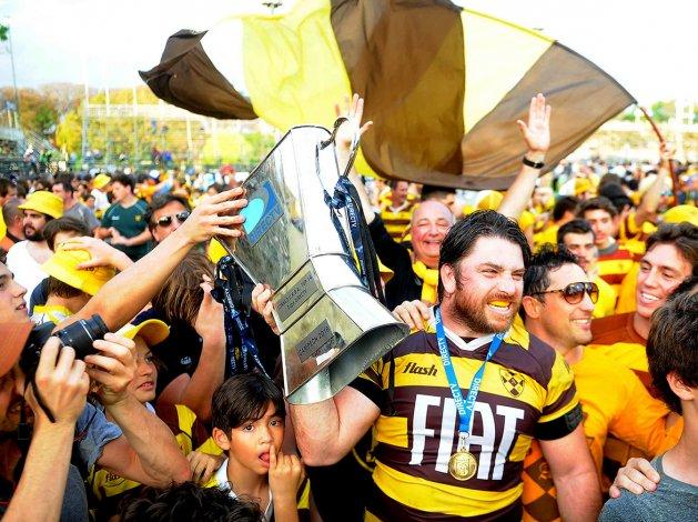 Los muchachos de Belgrano festejan la conquista del título.