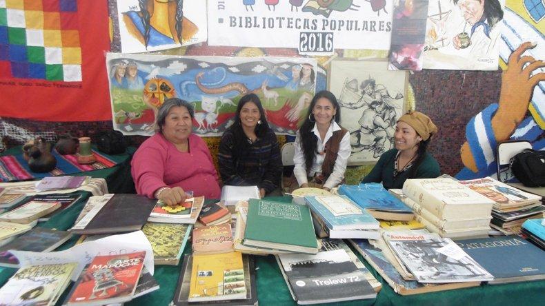 Escritores y docentes comodorenses ofrecieron charlas y talleres en la Feria del Libro de Río Senguer.