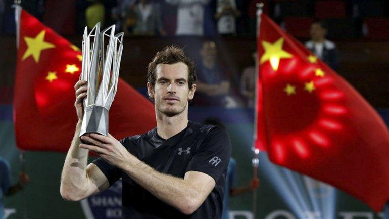 El escocés Andy Murray posa con su trofeo ganado ayer en Shanghai.