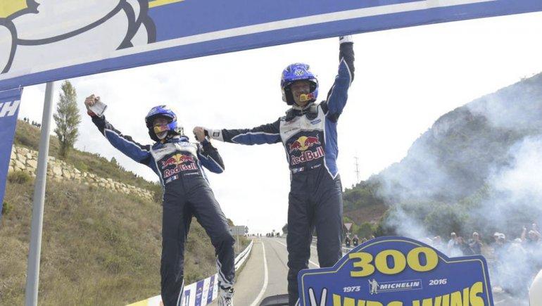 Sebastien Ogier y su copiloto Julien Ingrassia festejan la consagración ayer en España.