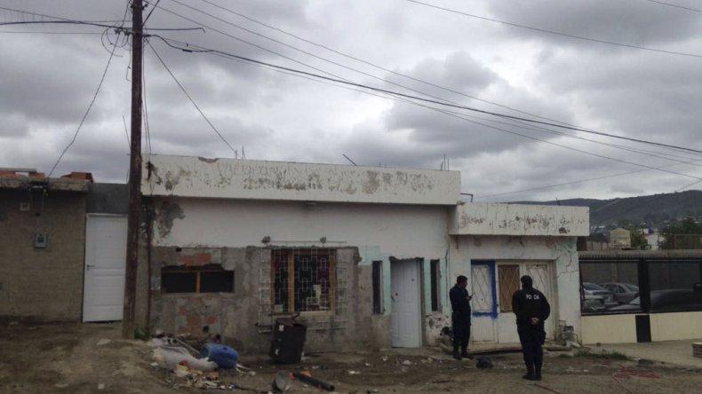En medio de los ataques balearon una casa con cinco niños en el interior