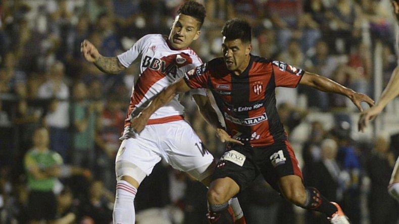Sebastián Driussi disputa el balón con Gonzalo Espinoza en el partido que River perdió anoche con Patronato 2-1.