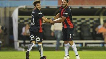 Martín Cauteruccio festeja uno de sus tres goles junto a Ezequiel Cerutti.
