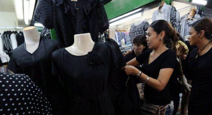 Murió el rey de Tailandia y se agotó la ropa negra por el luto