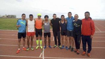 La posta 4x800 de Kasike Team (los cuatro primeros de la izquierda), acompañados del relevo de Team Treno y del entrenador Mario Rodríguez.