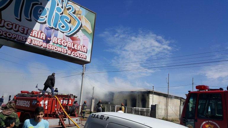 Una vela ocasionó el incendio de cuatro viviendas en Kilómetro 8: las pérdidas fueron totales