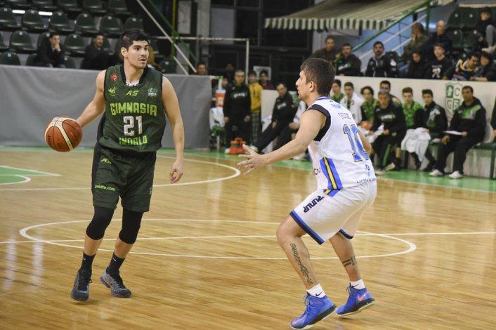 Jonatan Machuca traslada el balón marcado por Jonatan Treise en uno de los amistosos que Gimnasia e Hispano jugaron en setiembre de este año en el Socios Fundadores.