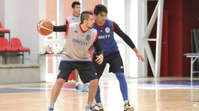 Santiago Scala con el balón marcado por Gustavo Aguirre durante un entrenamiento de San Lorenzo.