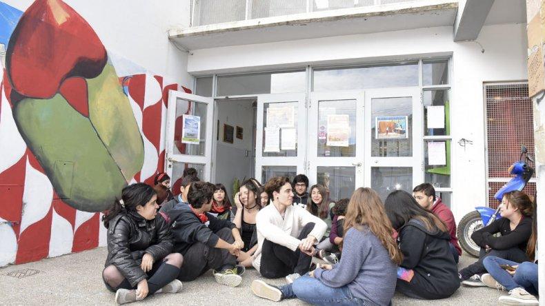 En la Escuela de Arte se produjo la manifestación más visible de oposición al cuestionario que realiza el Gobierno nacional.