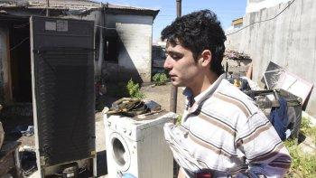 Víctor Alvarez perdió todo en el devastador incendio de ayer que se propagó desde la casa de una vecina.