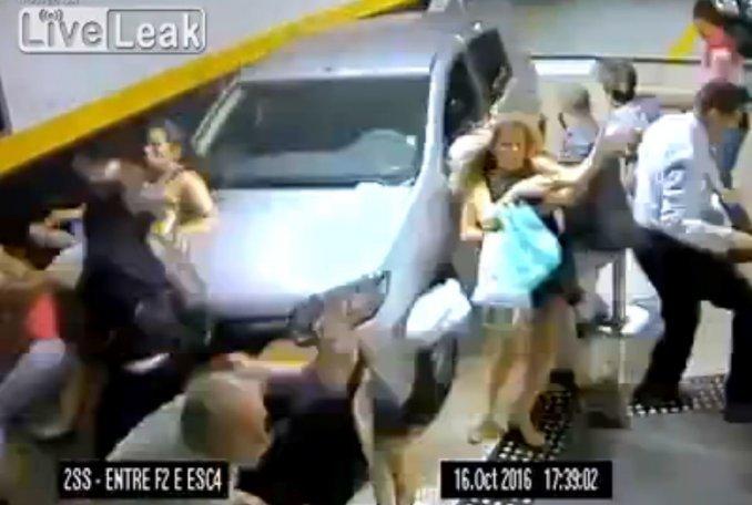 Perdió control del auto, atropelló a un grupo de personas y mató a dos