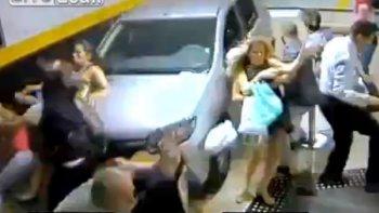 perdio control del auto, atropello a un grupo de personas y mato a dos