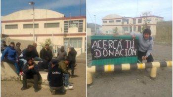 trabajadores acampan fuera de la empresa, siguen sin cobrar y piden alimentos
