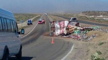 un camion cargado de bebidas envasadas volco en ruta 3