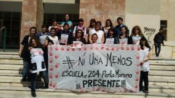 Personal de la Escuela Número 204, Perito Moreno, participa de la jornada de lucha.