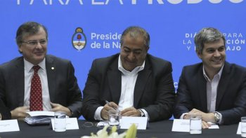 La Mesa de Diálogo Social, reunida en Casa Rosada, firmó el acuerdo tripartito.