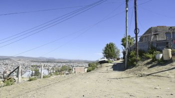 La zona alta de La Floresta, en la que ayer encapuchados balearon a dos jóvenes mientras dormían. Fue a metros del tiroteo del domingo en el que hirieron a otros dos integrantes de ese grupo en Las Margaritas y Huergo.