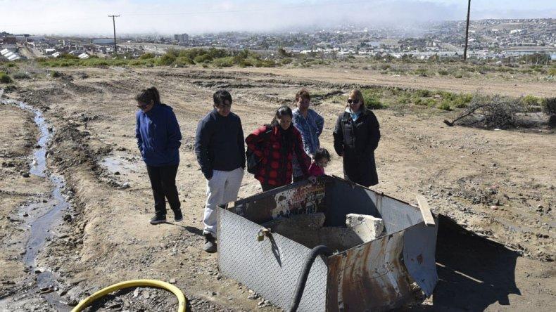 Habitantes del barrio Bicentenario se turnan para bloquear el cargadero de agua de Servicios Públicos. Exigen la misma prioridad de abastecimiento que se otorga a los camiones cisternas particulares.