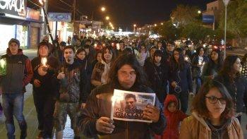 Familiares y amigos de Gustavo Gerez marcharon con velas y antorchas por las calles céntricas de la ciudad del Gorosito, pidiendo por el esclarecimiento de su muerte.
