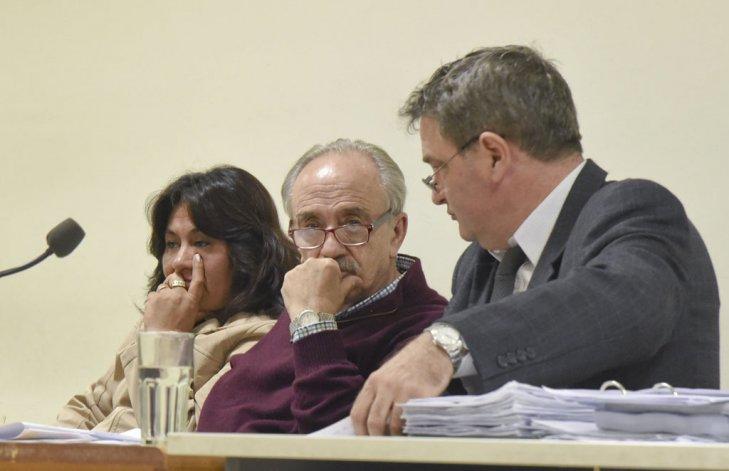 Los acusados junto a su abogado defensor durante la jornada de ayer del juicio.