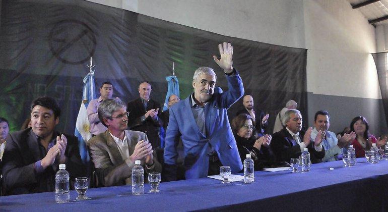 El gobernador Mario Das Neves transfirió ayer más de 160 millones de pesos a los municipios cordilleranos.