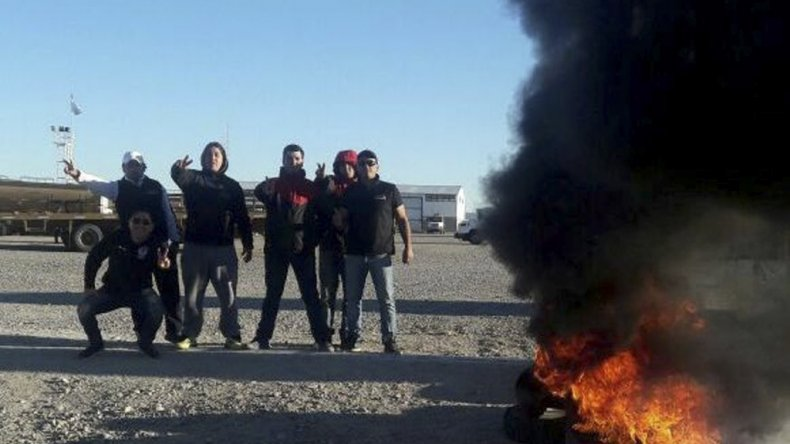 Integrantes del Sindicato de Petróleo y Gas Privado realizaron una medida de fuerza ayer reclamando la reincorporación de trabajadores despedidos.