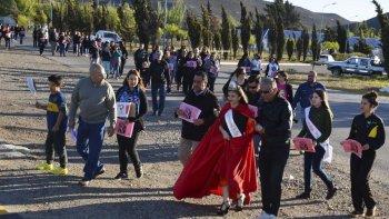 Vecinos de Cañadón Seco marcharon hacia la Plaza de la Mujer reclamando el cese de la violencia contra las mujeres.