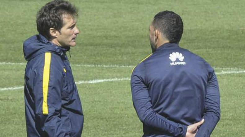 Guillermo Barros Schelotto conversa con Carlos Tevez durante un entrenamiento de Boca.