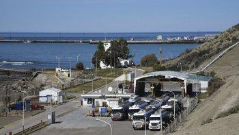 La medida consistió en cruzar camiones cisterna frente a la playa de tanques, impidiendo la circulación.