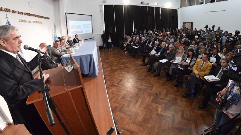 El gobernador encabezó ayer la apertura de la primera jornada provincial de reforma política.
