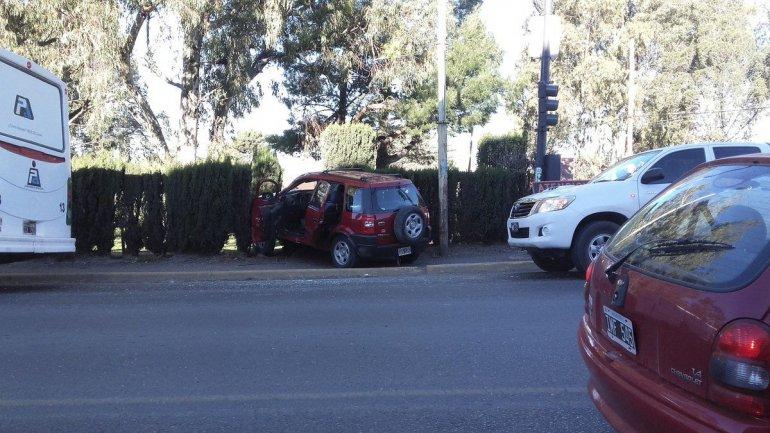 La Ford EcoSport que chocó con el colectivo ayer por la tarde terminó contra un cerco de pinos.