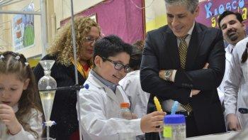 El vicegobernador Pablo González y la coordinadora de Ciencias y Tecnología, Beatriz Taboada, recorrieron los stands donde alumnos de escuelas de toda la provincia exponen sus trabajos de investigación.