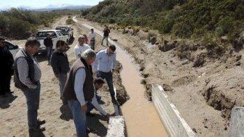 Autoridades municipales y provinciales recorrieron el canal de riego que abastecerá al predio donde se podrían instalar un vivero, un tambo y un matadero.
