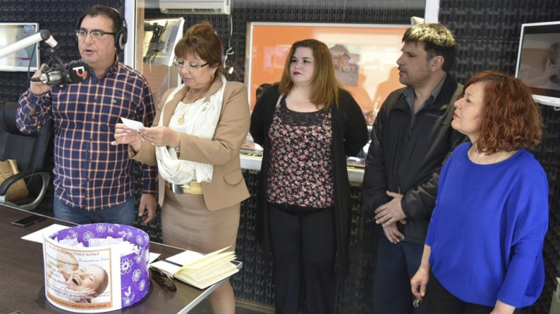 Nelson Aguilar anunció a las ganadoras del sorteo que fue fiscalizado por la escribana Matilde Reyes.